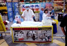 Falun Gong practitioners in Hong Kong raise awareness about forced organ harvesting in mainland China. (Image: by Cory Doctorow via Flickr /CC BY 2.0)