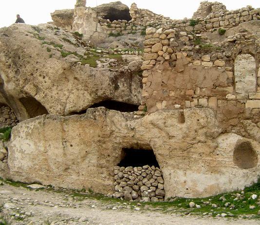 Hasankeyf is home to numerous man-made caves. (Image: Poyraz_72 via wikimedia CC BY-SA 4.0)